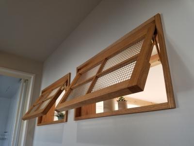 洗面室とリビングをつなぐ室内窓。通風と採光に役立っています。