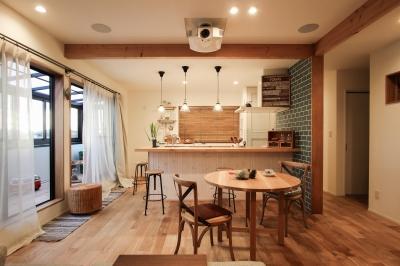 After写真 対面になったダイニングキッチンと明るいインナーテラス。