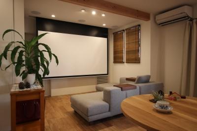 大きなホームシアターは本格的なサウンドシステムも併設しています。