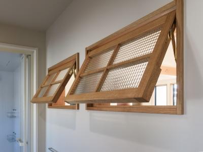 After写真 洗面室とLDKの間の室内窓。南北の風を通す役割があります。