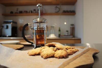 薪ストーブで焼いたクッキーを紅茶と一緒に。
