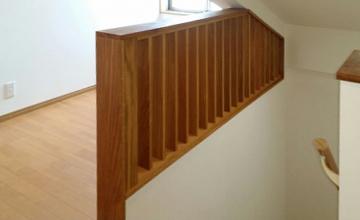 採光を考慮した階段格子:ナラ材)写真1