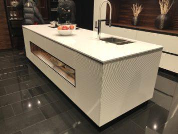 白いシンプルなアイランドキッチンです。細部のデザインでモダンな印象。