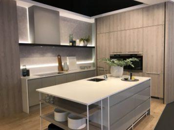 フレームタイプのカウンターと壁付のIHのオーダーキッチン。デザイン性あふれるレンジフードがポイント。
