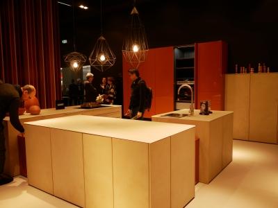 天板と扉のデザインでとてもシャープな印象になったオーダーキッチンとカウンターの事例。