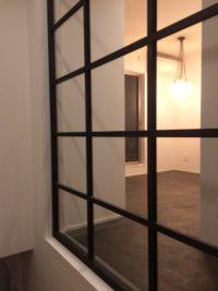 住工房のオフィスに設置した大きな室内窓。アイアンの枠でスッキリモダンなデザインにしました。