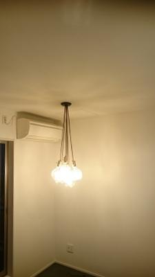 休憩室の照明。電球がいくつも連なったデザインのものです。