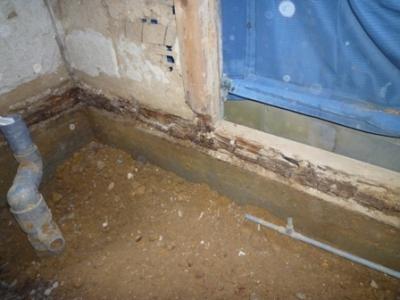 水がしみ込んで傷んだ柱と土台