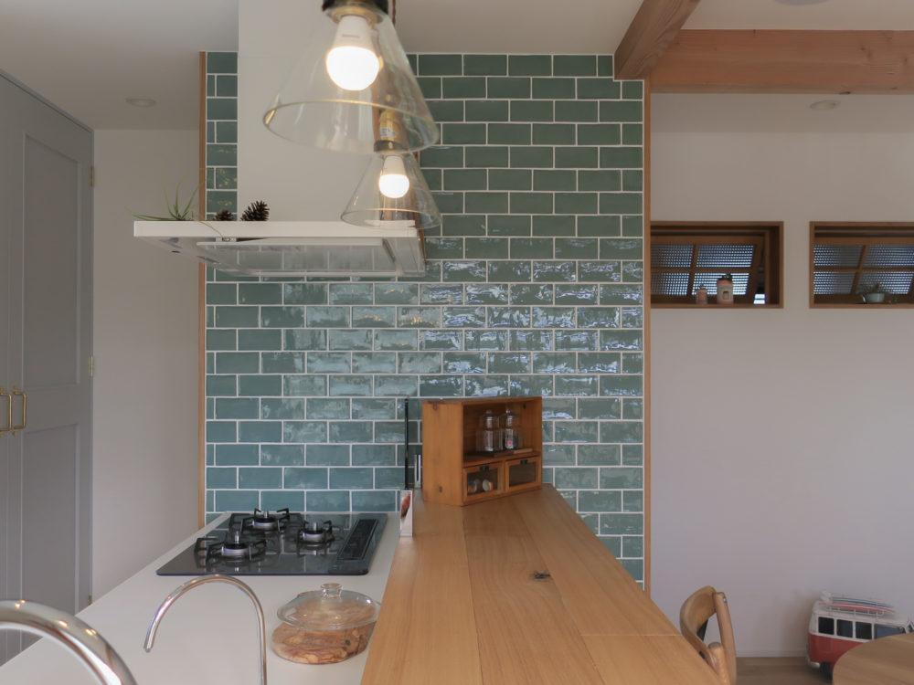 ブルーのタイルが映える造作キッチン