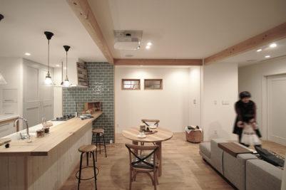 ナラの無垢材フローリング。キッチンカウンターの腰壁は無垢のパイン材に白の塗装。