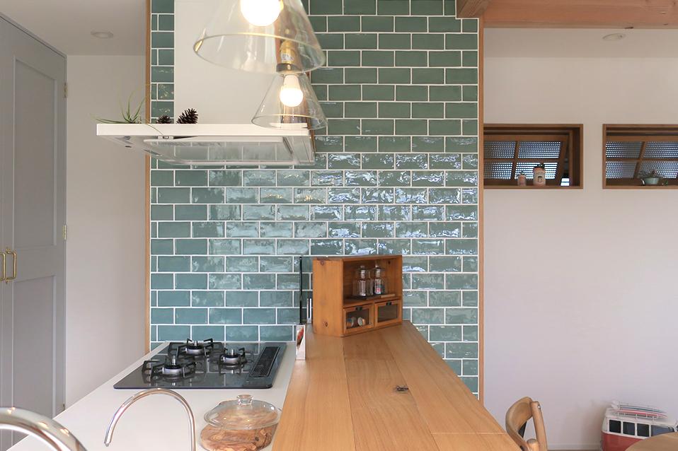 どこか可愛さもあるブルーのタイルが映える造作キッチン