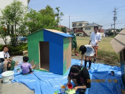 住フェス2017 ミニハウスを塗る子どもたち