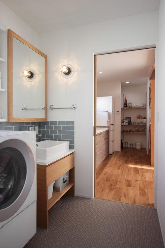 キッチン、パントリー、洗面室、お風呂が一直線に並んだ見通しの良い間取り|名東区