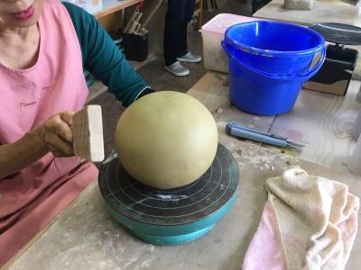 陶芸教室 花瓶を昨陶中 空洞の球体です