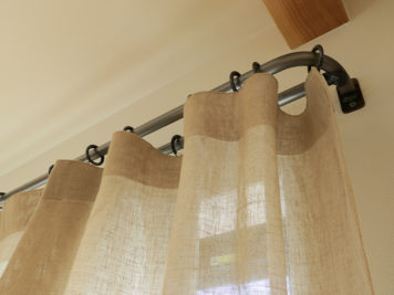 鉄のカーテンレールに涼しげな麻素材のカーテン | 名東区
