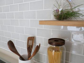 洗面所のタイルとキッチンのタイルは同じシリーズの色違いでコーディネート。