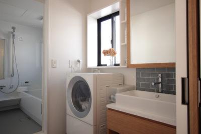 洗面所の鏡はオリジナルで造作。窓側にスライドすると収納スペースが現れます。 | 名東区