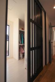 ウォークインクローゼットは風通しがよくなるように、格子状の扉|名東区