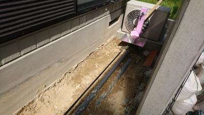 配管工事で土を掘り起こす 日進市リフォーム