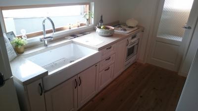 天然木の扉を使ったキッチン。シンクが海外風のデザイン