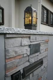 壁の天然石と照明
