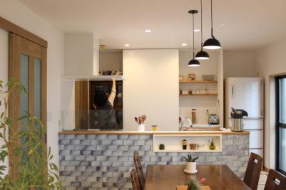 「見せない収納」の白い扉の後ろに入っているのは、もともとH様が持っていらっしゃった食器棚です。