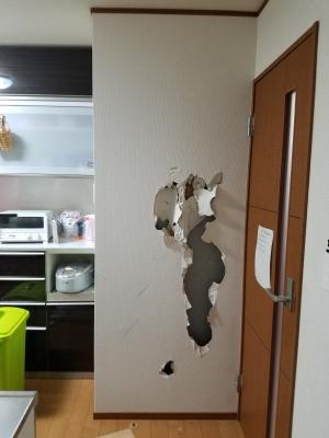 穴が開いてしまったクロス壁