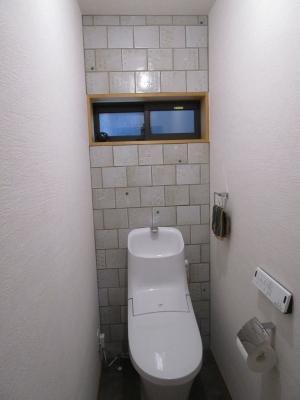 手作りタイルのトイレ