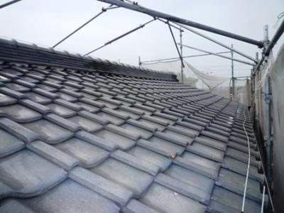 しっかりと固定された瓦屋根