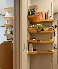 部屋のコーナーには集成材のカウンターを設置