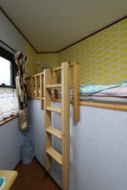 S様邸 ベッド上段には象の柄のクロス