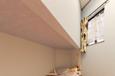 ベッドの下段の天井は蓄光クロス。寝る前の時間を楽しむ。