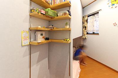 ベッドからつながる壁に可動棚