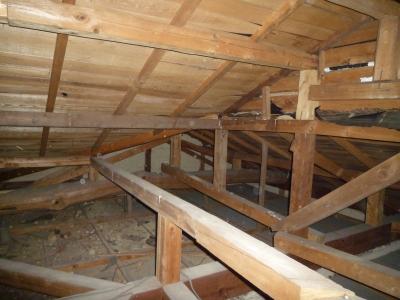屋根の谷個所:天井上に瓦土が落ちている