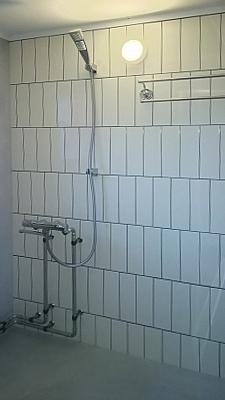 白を基調としたシンプルな浴室