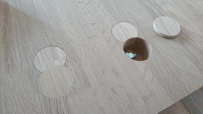 大きなテーブルの板をボルトで繋ぎ合わせた箇所を目隠し