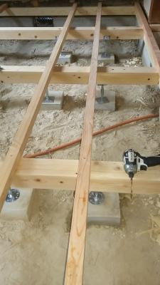 床を支える束、大引き、根太の施工