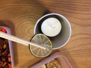 ボタニカルキャンドル作り(芯の周りに飾りを入れていきます)