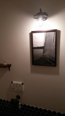 もう一方の事務所トイレは、壁を『オンザウォール プレーン』