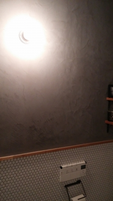 事務所トイレの壁に『モールテックス』