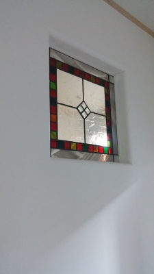 漆喰に映えるステンドグラス