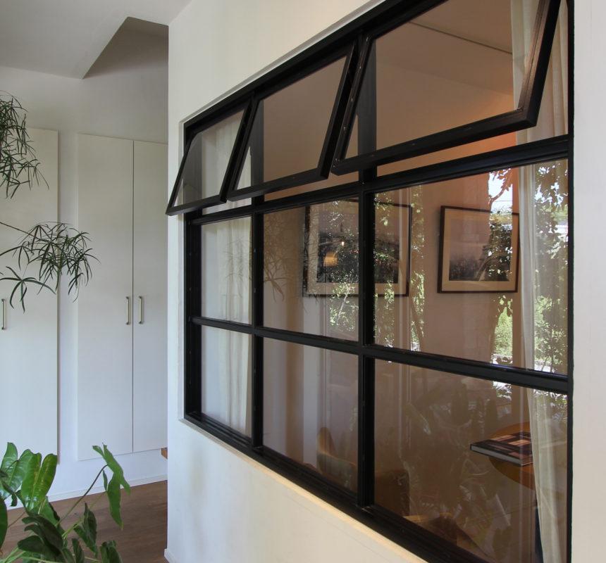 黒のアイアン窓(室内窓)