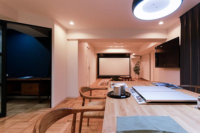 ダイニングテーブルの天板はナラの無垢材を使用。最大8人が座れる大きなテーブル。