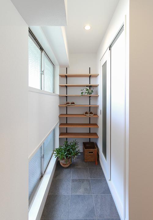 明るい玄関にナラ集成材の棚。機能的な動線