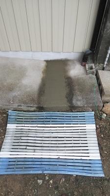 排水管埋設後のセメント仕上げ