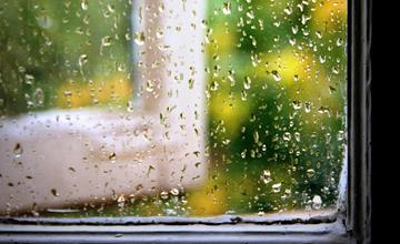 台風の季節・雨の日の窓