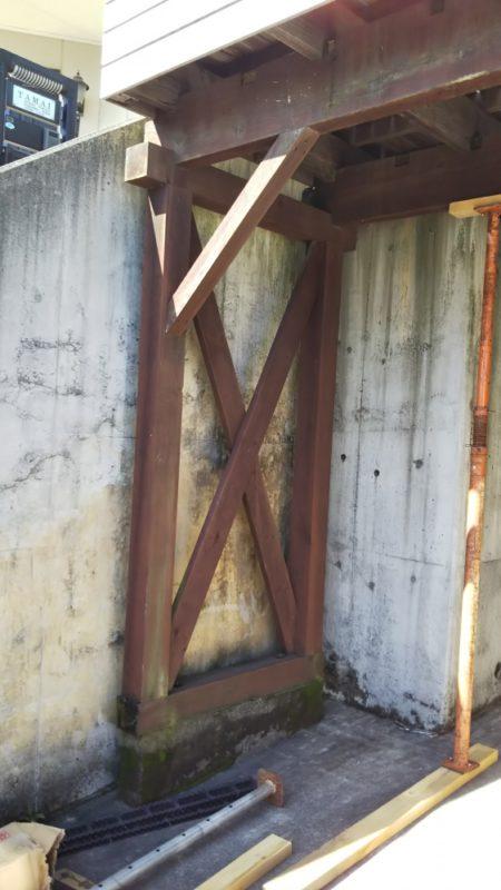 ウッドデッキの柱と土台