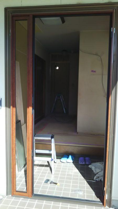 既設の玄関ドアを取り外し