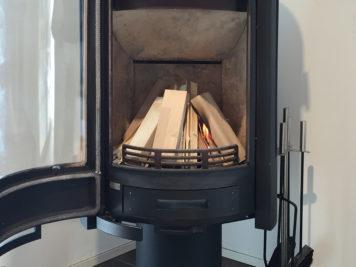 木片の間から紙に点火する