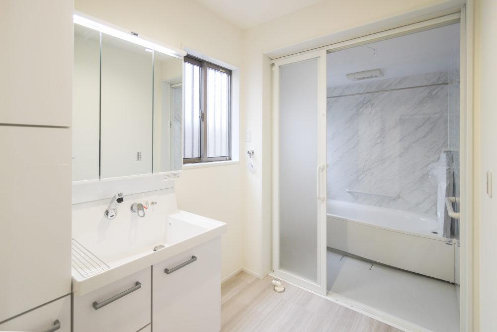 幅広の扉の浴室